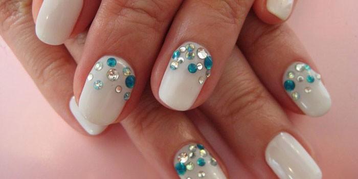 Белый маникюр со стразами на коротких ногтях