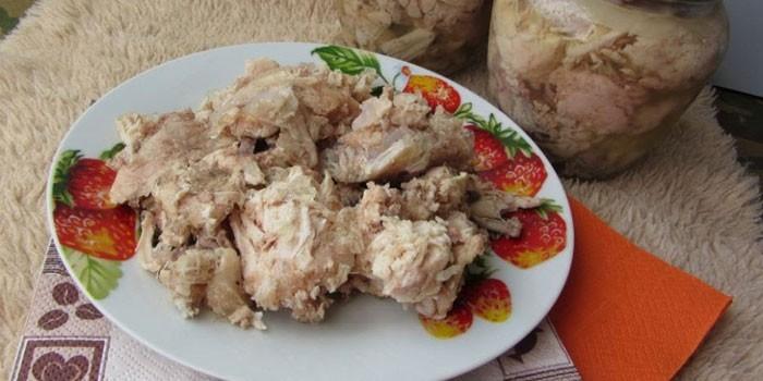 Домашняя тушенка из мяса курицы на тарелке