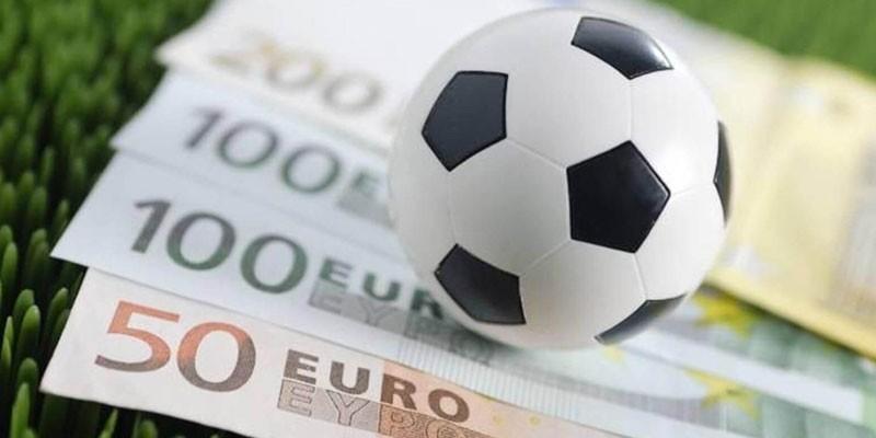 Футбольный  мяч на денежных купюрах