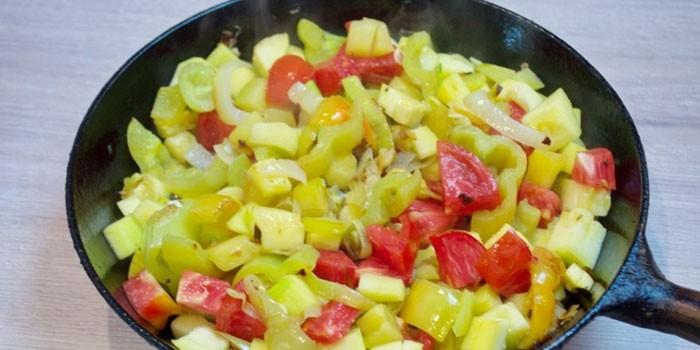Овощи в сковороде перед приготовлением
