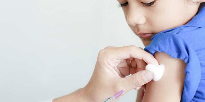 Ребенку делают прививку от гриппа