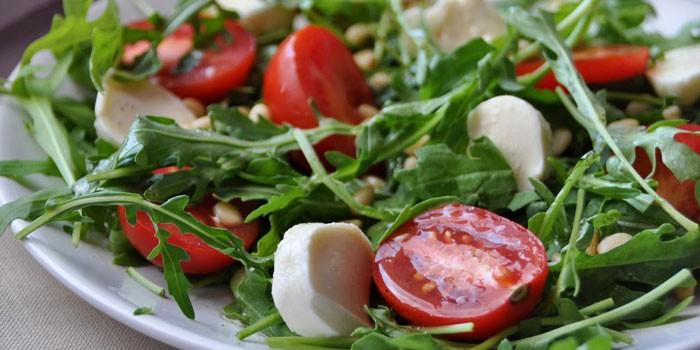 Салат из рукколы, кедровыми орешками и томатами