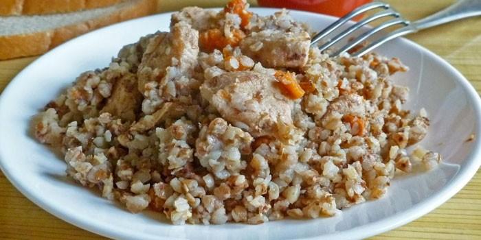 Гречневая каша с куриным филе на тарелке