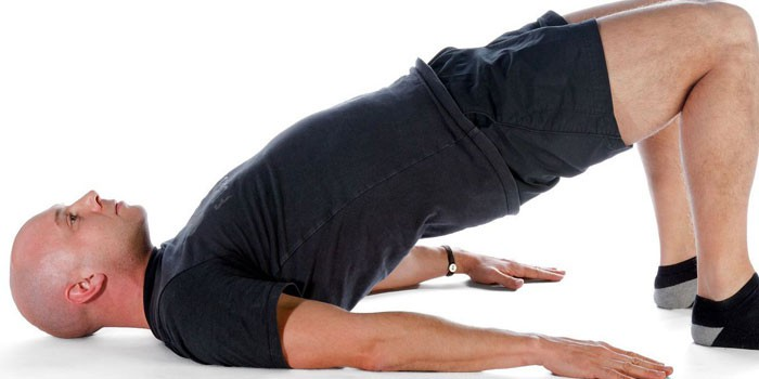 Мужчина делает упражнение для повышения потенции