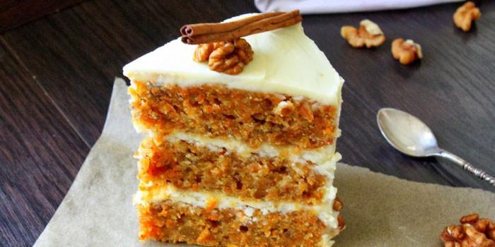 Кусочек морковного торта с корицей и орехами