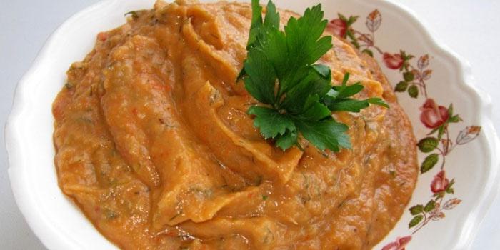 Кабачково-баклажанная икра в тарелке