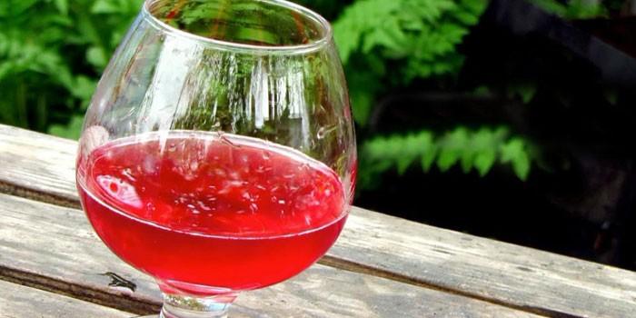 Бокал ягодного вина