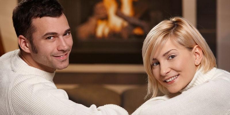 Мужчина и женщина у камина