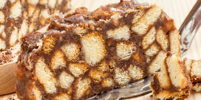 Кусочек торта с вареной сгущенкой