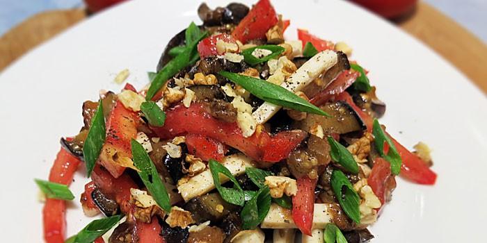 Салат из баклажанов с помидорами и орехами