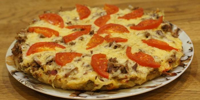 Пицца из кабачкового теста с помидорами и фаршем