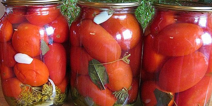 Маринованные помидоры с чесноком в банках