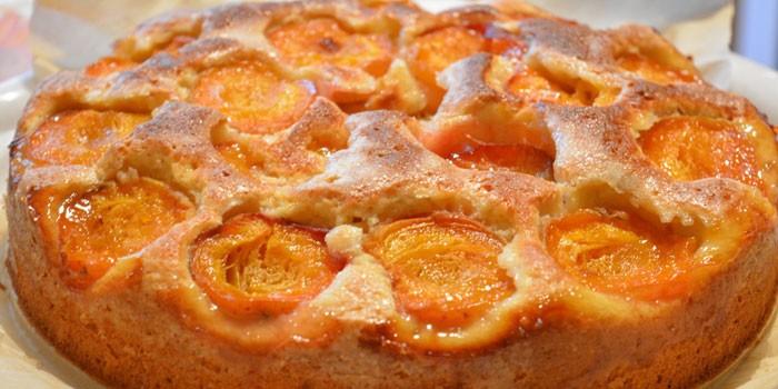 Бисквитный пирог с замороженными абрикосами