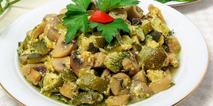 Овощное рагу с шампиньонами, курицей и кабачками