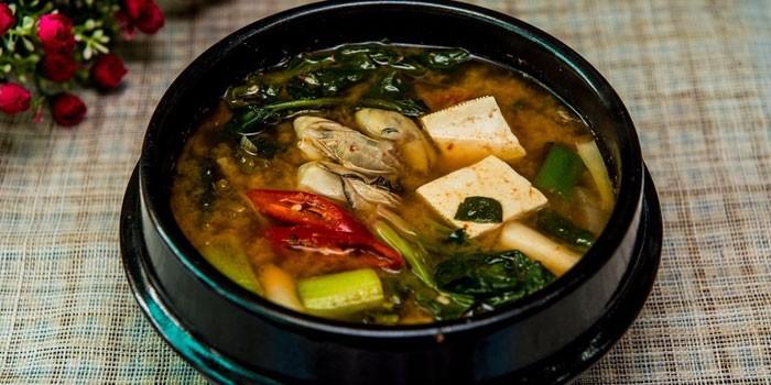 Готовый мисо-суп с тофу и рисом