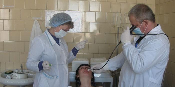 Отоларинголог проводит бронхоскопии