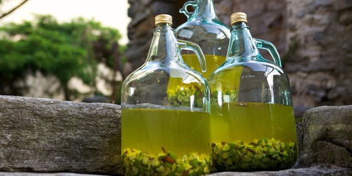 Домашнее вино в бутылках из крыжовника