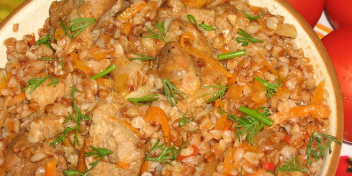 Тушеное куриное мясо с гречневой кашей
