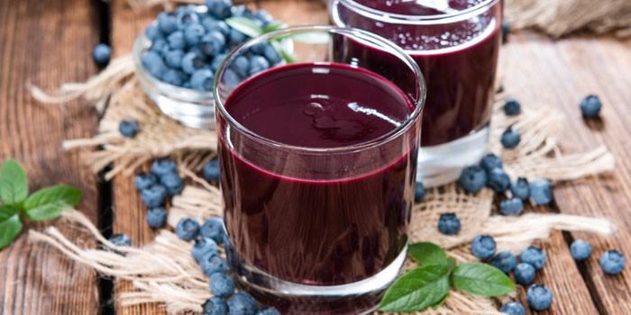 Черничный сок в стаканах