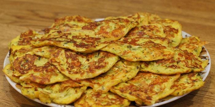 Готовые кабачковые оладьи на тарелке
