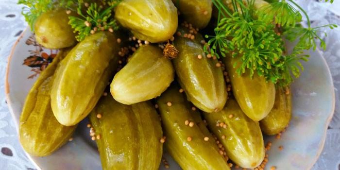 Малосольные огурчики с зернами горчицы