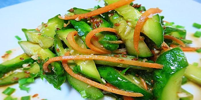 Острые огурцы с зеленым луком и морковью по-корейски