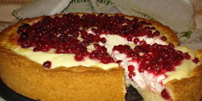 Пирог из песочного теста с творожным кремом и красной смородиной