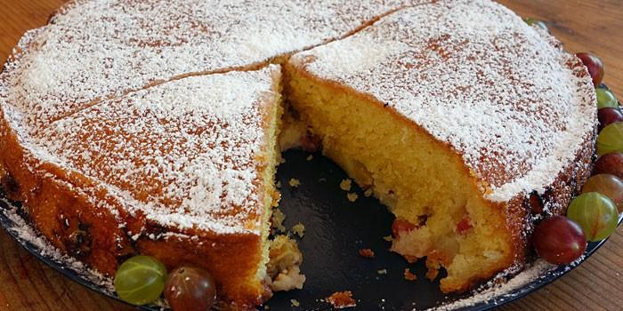 Готовый бисквитный пирог с крыжовником