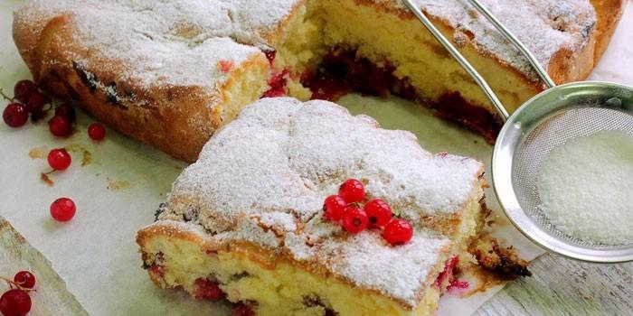 Пирог из теста на кефире с красной смородиной