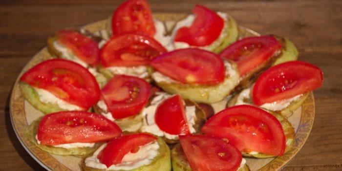 Жареные кабачки с майонезом и помидорами