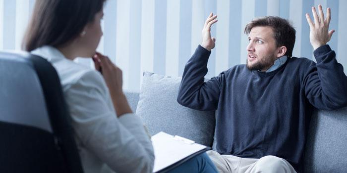 Мужчина на приеме у психиатра