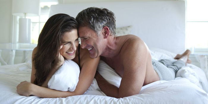 Мужчина и женщина лежат в постели