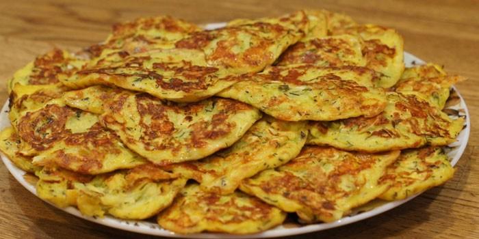 Жареные кабачковые оладьи с сыром и колбасой
