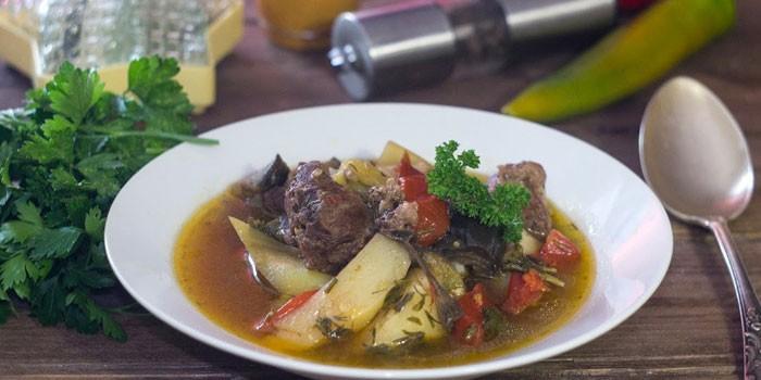Хашлама по-армянски из баранины в тарелке