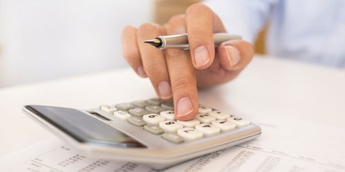 Человек ведет подсчеты на калькуляторе