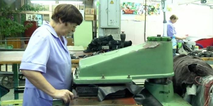 Женщина предпенсионного возраста у рабочего станка