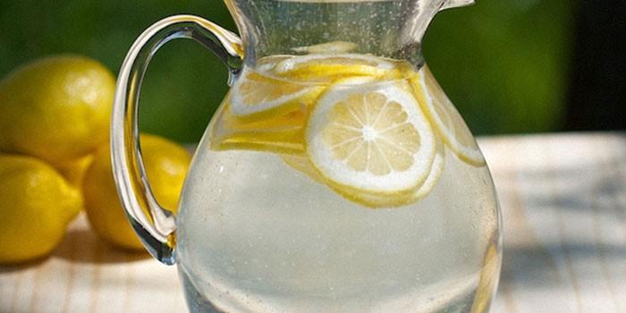 Лимонная вода в кувшине