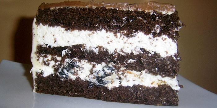 Кусочек торта из шоколадного бисквита
