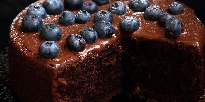 Шоколадный бисквит с черникой