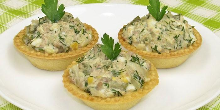 Тарталетки с салатом из рыбы и грибов