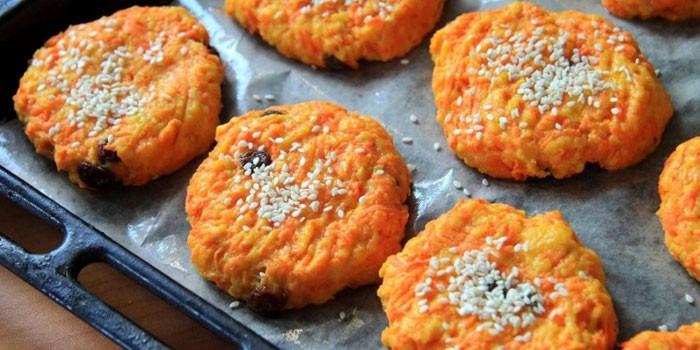 Морковное печенье с кунжутом и изюмом