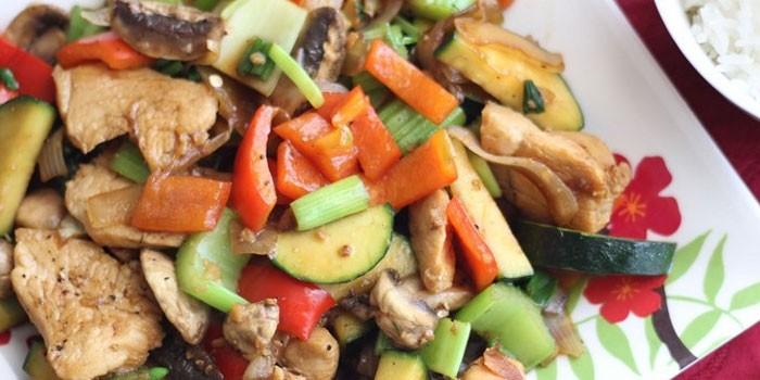Овощное соте с куриным мясом