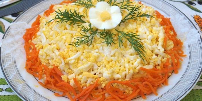 Слоеный вариант с морковью и курицей