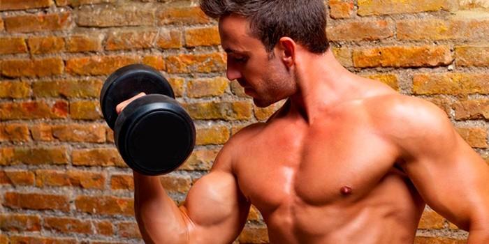 Мужчина делает упражнение с гантелями