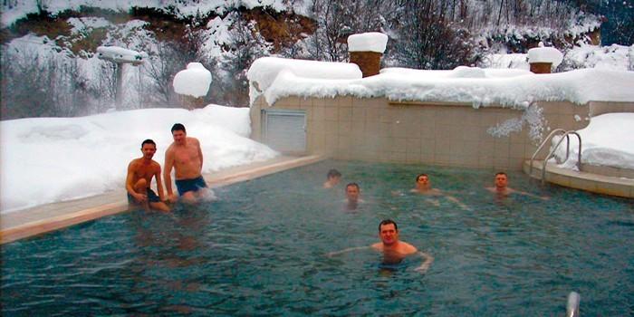 Люди купаются в термоминеральном источнике