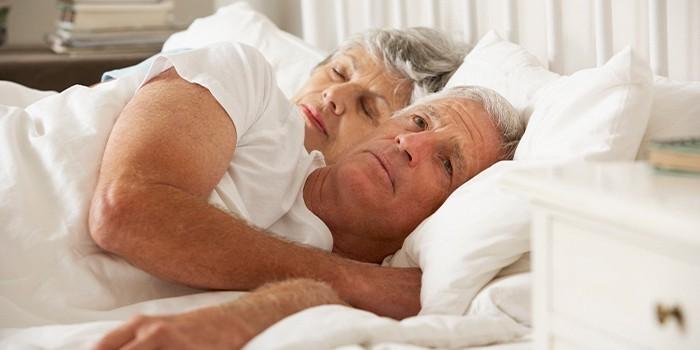 Пожилая пара в спальне