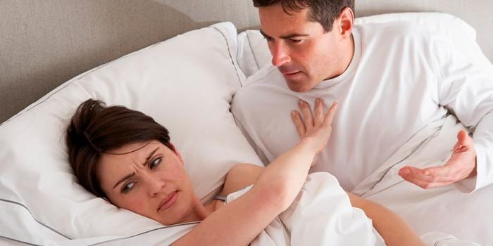Женщина с мужчиной в спальне