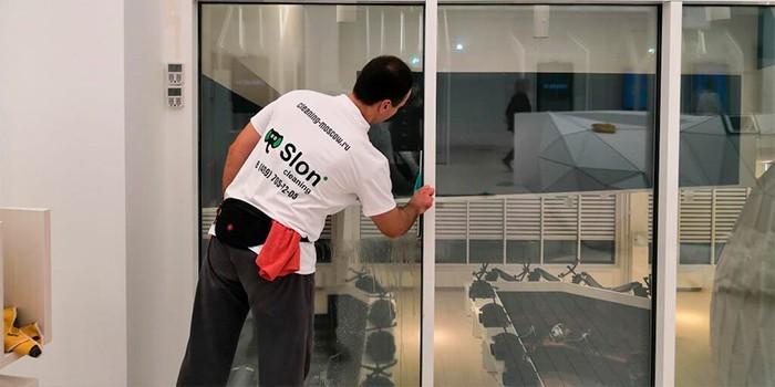 Работник Slon Cleaning