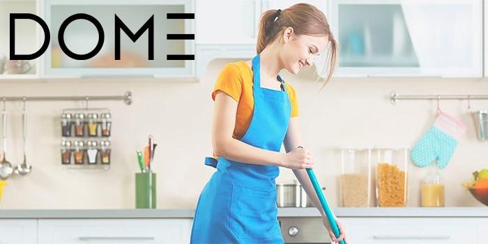 Девушка убирает на кухне