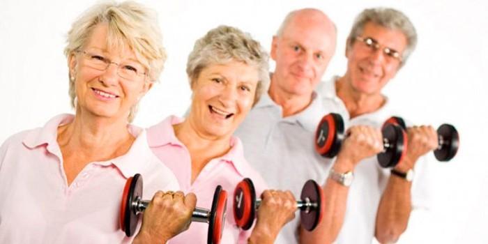 Пожилые люди на тренировке